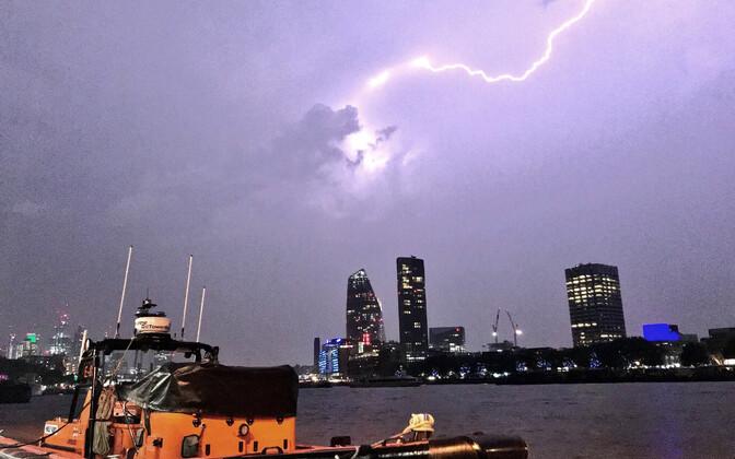 Яркая молния над Лондоном.