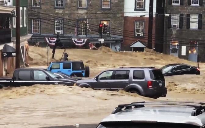 Вода и грязевые потоки на улицах города Элликотт.