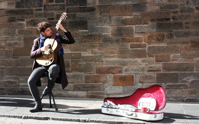 В Лондоне нередко встречаются музыканты высокого уровня, вполне заслуживающие достойной оплаты своего труда