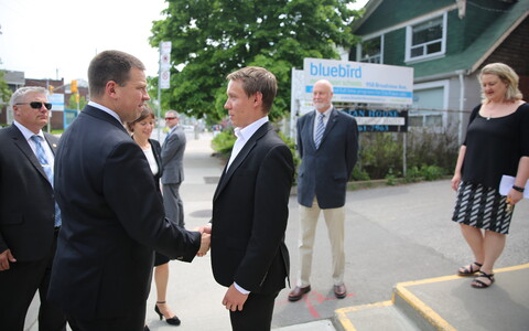 Prime Minister Jüri Ratas was met by Toronto Estonian House Chairman Veiko Parming on Saturday. May 26, 2018.