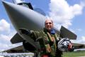 Serge Dassault 1999. aastal Rafale'i hävituslennuki juures.