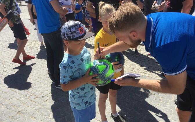 Во вторник, 29 мая, футболисты сборной Эстонии пообщались с жителями Раквере.