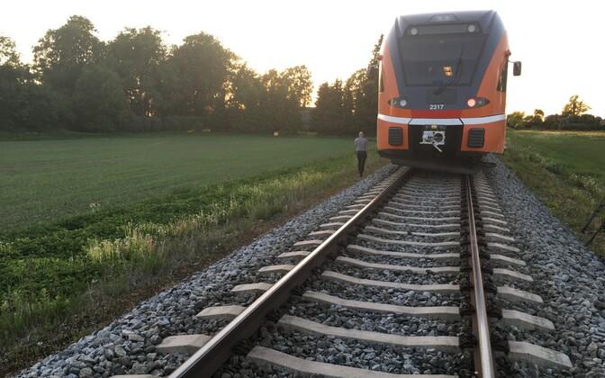 Поезда не могут быстро останавливаться даже при скорости 40-50 км/ч.