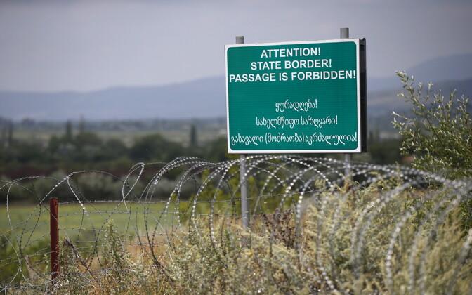 Hoiatussilt Gruusia ja selle separatistliku Lõuna-Osseetia piirkonna piiril.