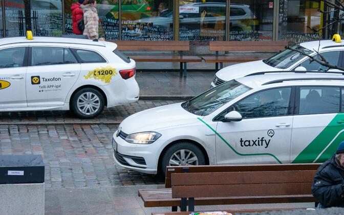 Taxify takso (esiplaanil) ja taksod.
