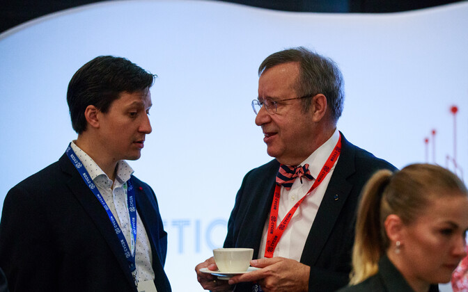 Former President Toomas Hendrik Ilves (right) at CyCon 2018 talking to his son Luukas
