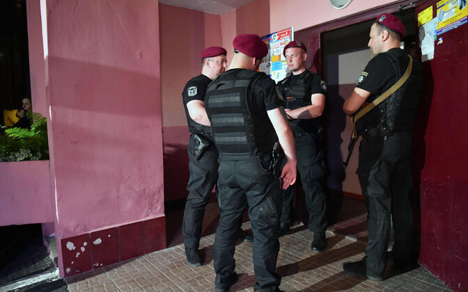 Представители полиции у дома Аркадия Бабченко 29 мая
