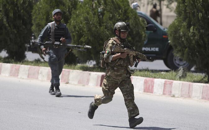 Politseinik ja eriüksuslane 30. mail Kabulis siseministeeriumi lähistel.