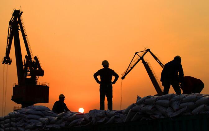 Töölised Nantongi sadamas.