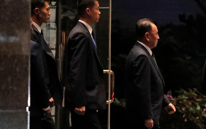 Põhja-Korea juhi esindaja Kim Yong-chol (paremalt esimene) New Yorgis kõnelustele minemas.