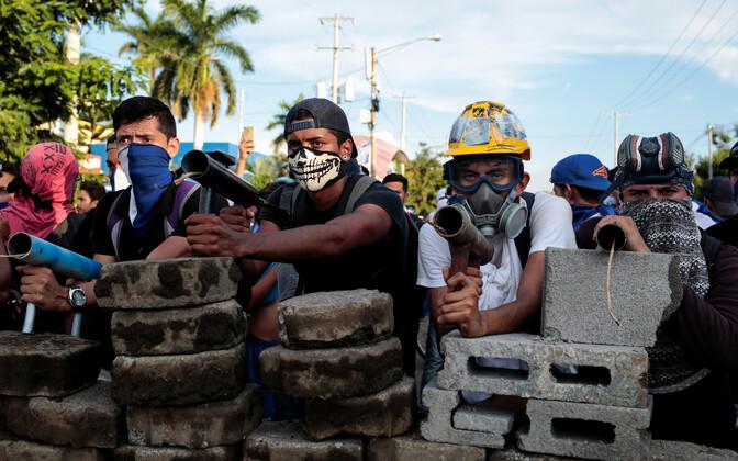 Politseiga võitlema valmistunud protestijad Managuas.