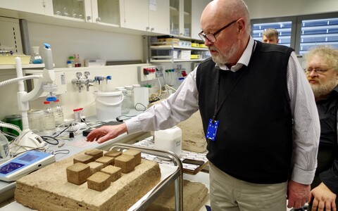 Pärast kasutatava turba humiin- ja fulvohapete sisalduse ning tuha XRD element- ja mineraalanalüüse modelleeriti võimalikud katsesegud ja prinditi neist väikesemõõtmelised katsekehad. Pildil näitab neid Toomas Tenno.