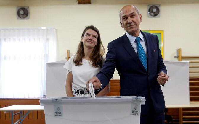 Лидер Словенской демократической партии Янез Янша с супругой на избирательном участке.