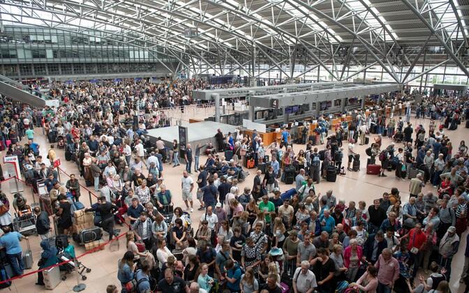 Пассажиры в зале ожидания аэропорта Гамбурга.