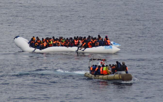 Migrantide paat ja Itaalia merepääste paat.
