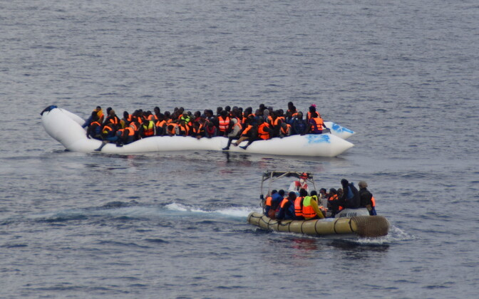 Лодки с мигрантами и итальянскими спасателями в Средиземном море.