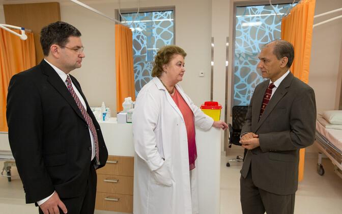Vasakul suurimad toetuse saajad Edward Laane ja Hele Evearus vestlemas Dana Farberi vähiinstituudi uurija-professor Nikhil Munshiga.