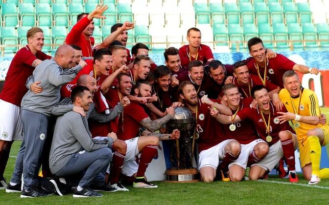 Läti jalgpallikoondis mullu Balti turniiri võidukarikaga.
