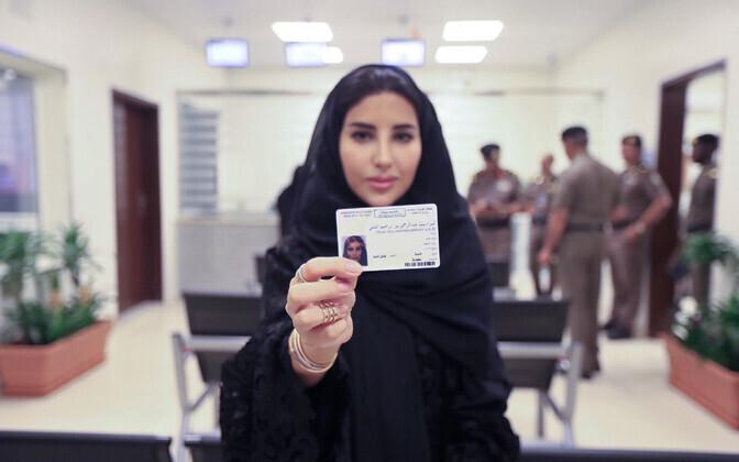 Счастливая обладательница водительских прав в Саудовской Аравии.