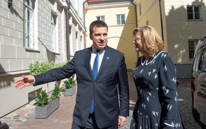 Jüri Ratas ja Corina Cretu Stenbocki maja hoovis.