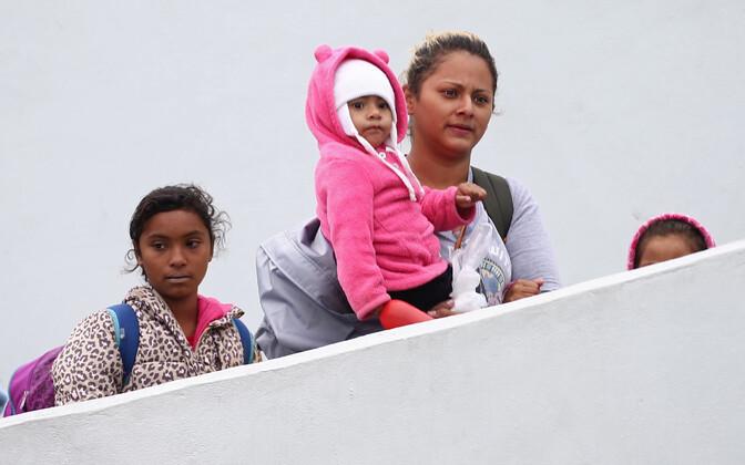 Kesk-Ameerikast pärit naine oma lastega Tijuanas USA piiripunktis.