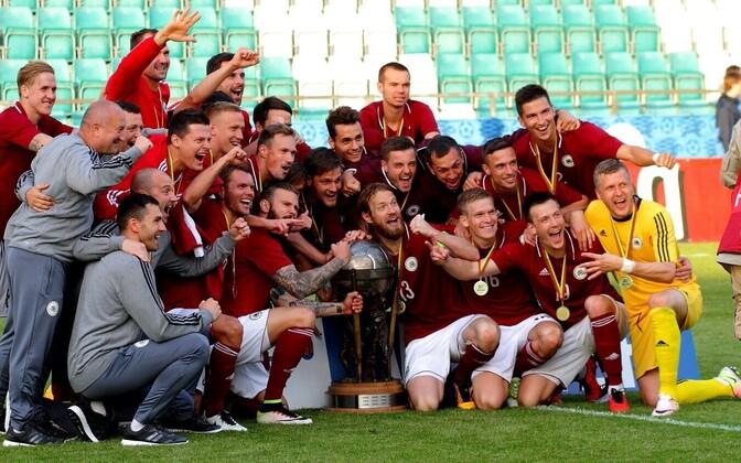 Футболисты сборной Латвии с Кубком Балтии-2017.