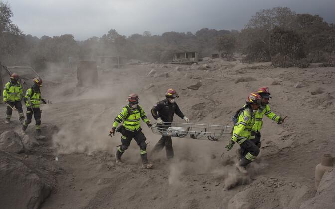 Спасатели после извержения вулкана Фуэго.