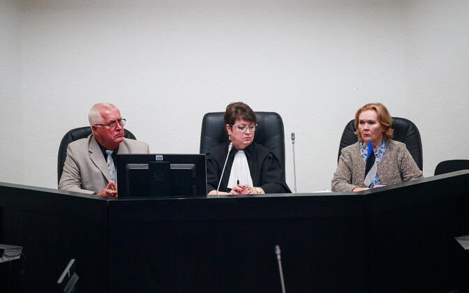Edgar Savisaare protsessi kohtunikud (keskel Anne Rebane)