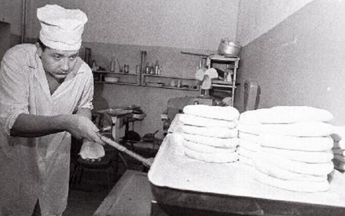 Tallinna esimene pizzabaar aastast 1986: kokk Vjatšeslav Repin küpsetamas.