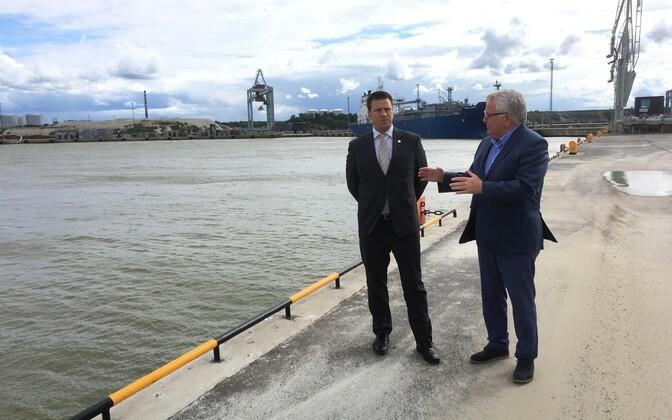 Jüri Ratas ja Tiit Vähi Sillamäe sadamas.