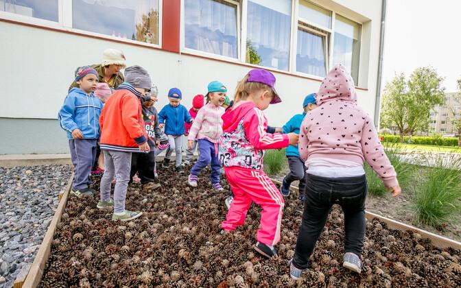 Pärnu Mai Lasteaia mudilased meelte aias