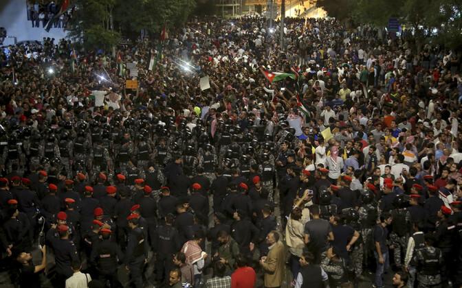 Politseinikud ja meeleavaldajad 7. juuni varahommikul Ammanis.
