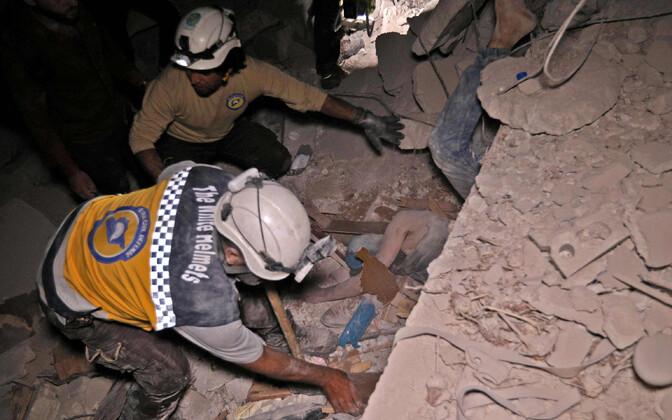 Päästetöötajad Zardana külas 7. juuni hilisõhtul.
