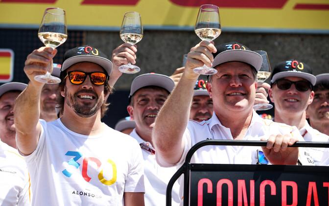 Fernando Alonso (vasakul) tähistamas juubelit oma 300. võistluse eel