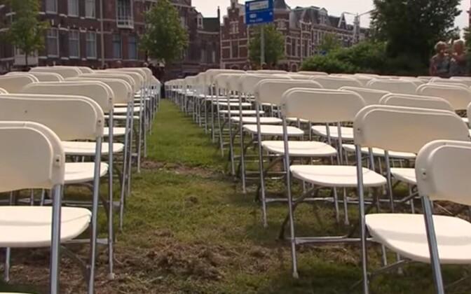 Пустые стулья возле посольства России в Гааге.