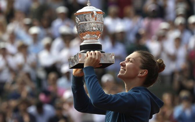 Simona Halep Prantsusmaa lahtiste trofeega.