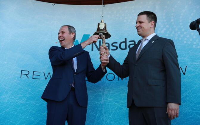 Port of Tallinn CEO Valdo Kalm and Prime Minister Jüri Ratas (Centre) ring the bell as trading opens on Port of Tallinn on Wednesday morning. 13 June, 2018.