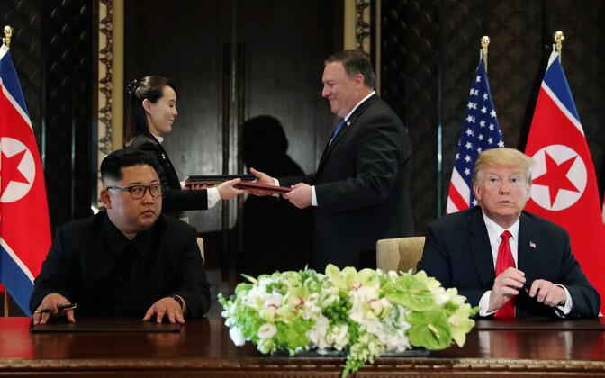 Esiplaanil USA president Donald Trump ja Põhja-Korea liider Kim Jng-un, tagaplaanil USa välisminister Mike Pompeo vahetamas kingitusi Põhja-Korea liidri õe Kim Jo Yongiga.