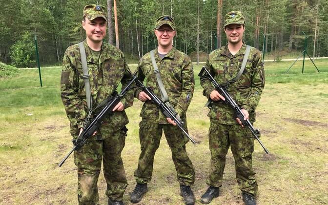 Таави Рыйвас, Ханнес Хансо и Калле Паллинг на курсах офицеров-резервистов летом 2017 года.