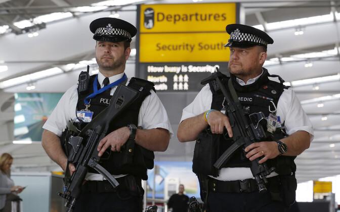 Politseinikud Heathrow' lennujaamas arhiivifoto.