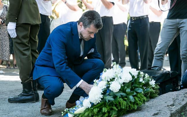 Урмас Рейнсалу возлагает венок в память о жертвах июньской депортации 1941 года.