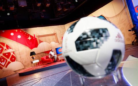 MM-i ametlik mängupall ERR-i jalgpallistuudios.