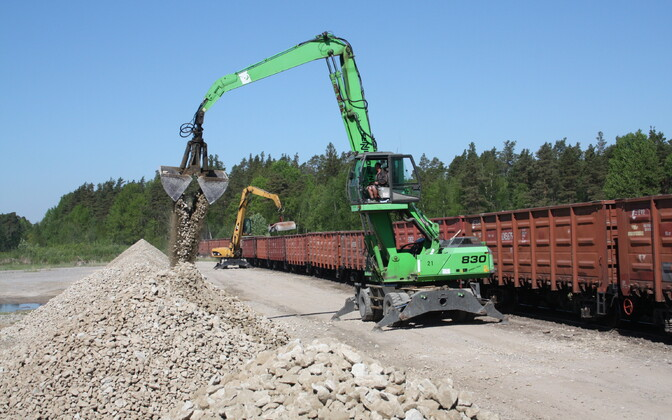 Limestone cargo from Estonia Mine being loaded onto a cargo train for transport to Pärnu.