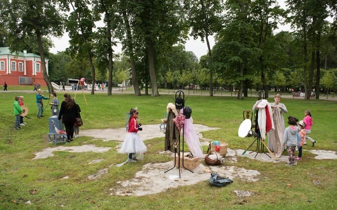 Riik ei ole seadnud eesmärgiks igale lastekodulapsele uut peret leida. Fotol: Maarjamäe lastekodu lapsed Kadrioru lossi sünnipäeval kostüüme proovimas
