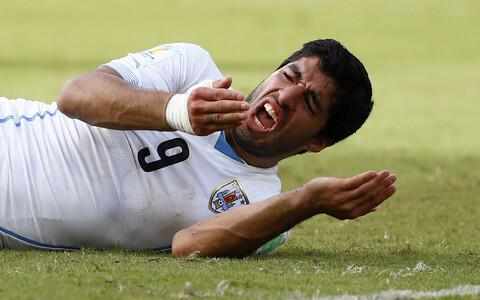 Uruguai ründaja Luis Suárez pärast vastasmeeskonna kaitsja Giorgio Chiellini hammustamist.