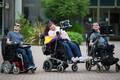 Matusel käinud Jack Smith, Rose Brown ja Jason Felce kasutavad suhtlemiseks sarnaselt Hawkingile elektroonilisi abivahendeid.