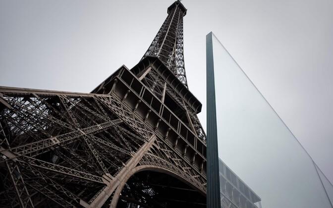 Эйфелеву башню оградят стеклянной стеной.