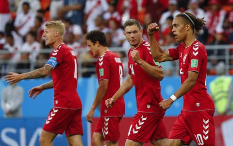 Taani jalgpallikoondis väravat tähistamas.