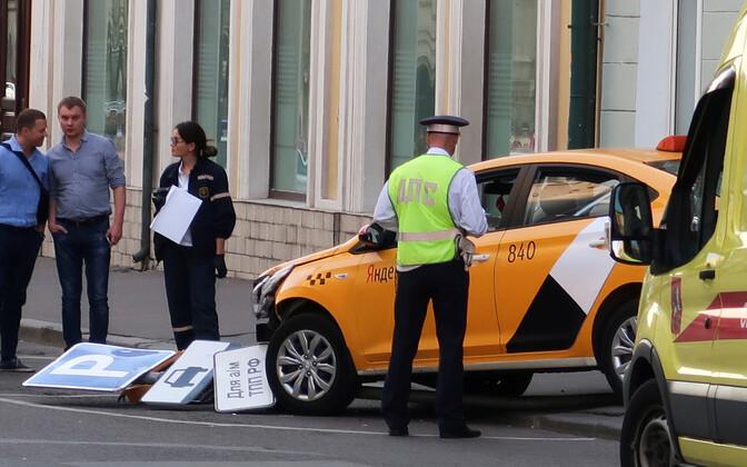 После наезда водитель такси попытался сбежать.