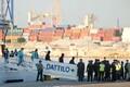 В Валенсии началась выгрузка мигрантов с судна Aquarius.